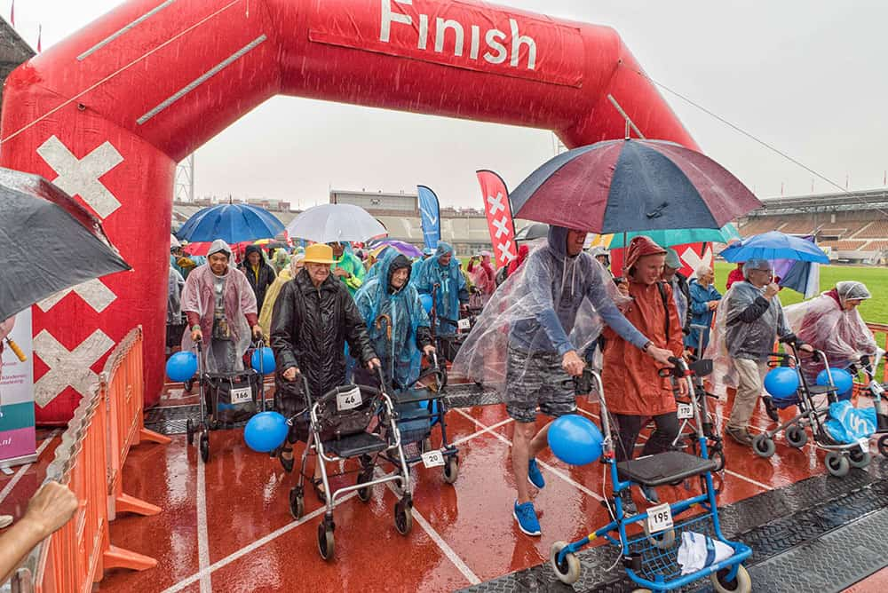 Stromende regen hield deelnemers Rollatorloop niet tegen!