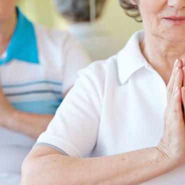 5 simpele yoga-oefeningen die u zittend kunt doen
